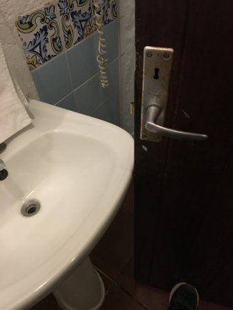 Hotel Casa Antigua: The door barely misses the sink so you can get to the shower stall.