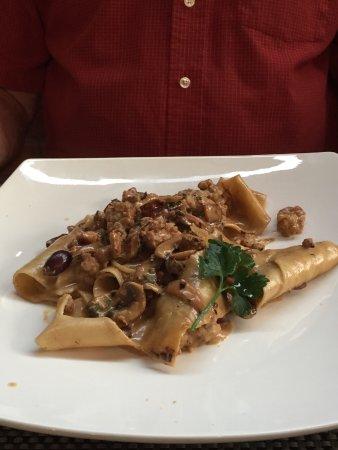 Boccon di Vino: Pates aux olives, saucisses, champignons et procutto sauce crémeuse