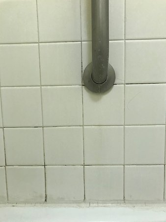 Garden City, GA: Nasty bathroom tile...