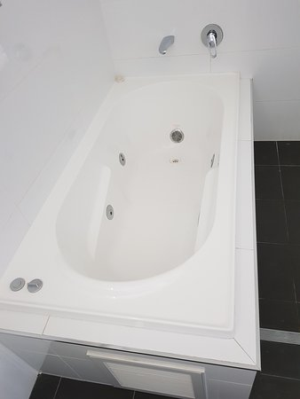 "Cardiff, Australia: Advertised as and charged for a ""SPA APARTMENT"" This is a jetted bath at best"