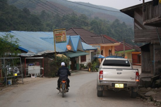 Muang Khua, Laos: Route du débarcadère à gauche, toit bleu