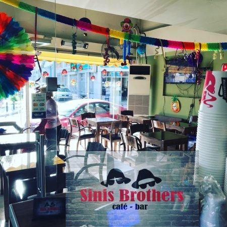 Tavros, اليونان: Τσικνοπέμπτη Sinis Brothers