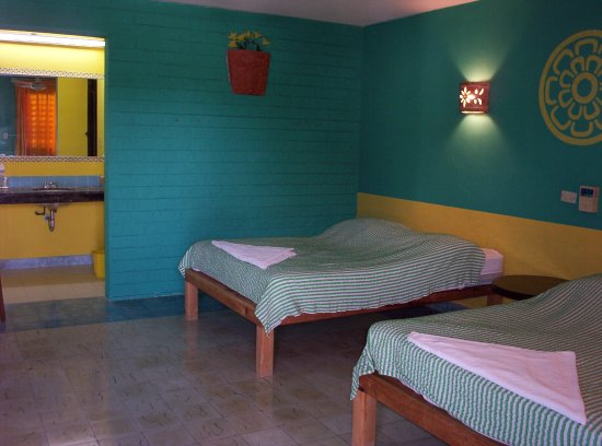 Piste, México: Another of our spacious air conditioned clean rooms. The bathroom area can be seen at the left s