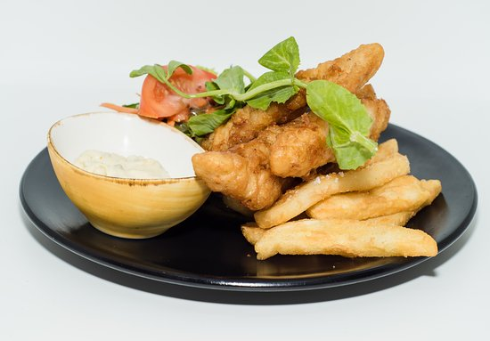 Warners Bay, Australien: Beer Battered Flathead - filleted with chips, salad and tartare sauce.