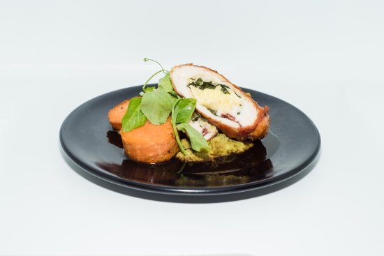 Warners Bay, Australien: Stuffed Chicken Breast - with camembert cheese, wrapped in prosciutto with mint pea puree.