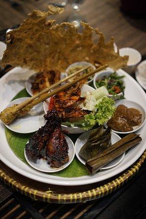 Singhasari Rijsttafel Ini Menu Makan Malam Hari Pertama Porsinya