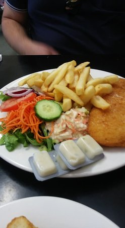 Deloraine, Αυστραλία: Whiting, chips and salad. The coleslaw rivals KFC's