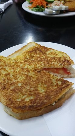 Deloraine, Αυστραλία: Chicken , tomato and mayo toasted sandwich.