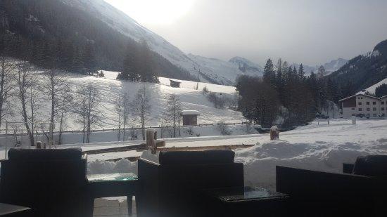 Tux, Austria: im Vordergrund die Loipe, hinter dem Zaun der Weg