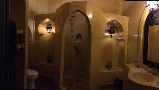Riad Dar Dialkoum: inside our bathroom