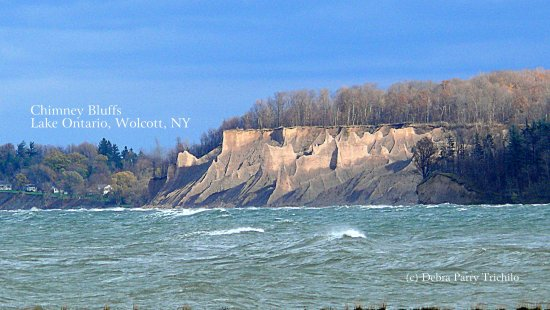 Wolcott, Estado de Nueva York: This is the view of Chimney Bluffs from Sodus Bay lighthouse.