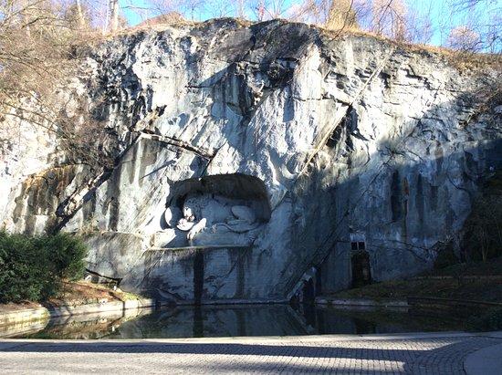 Monumento al león de Lucerna: Monument set into the cliff