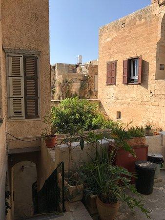 Fauzi Azar Inn by Abraham Hostels: Second floor overlooking the courtyard...