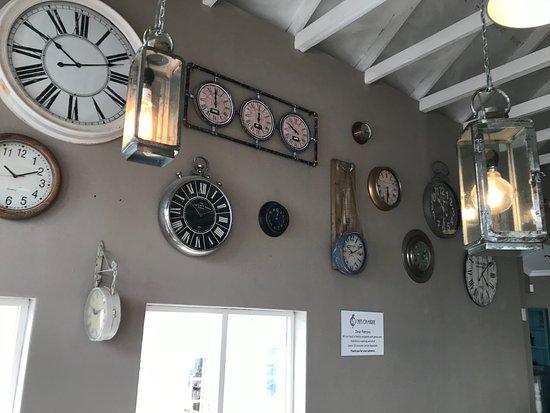 Ramsgate, Sydafrika: clocks on the side wall