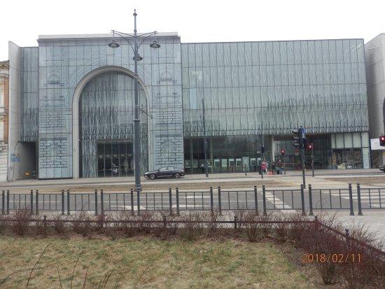 Lodz, Polandia: Fronton gmachu Filharmonii od strony ul Narutowicza