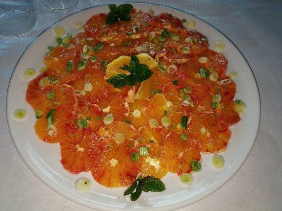Sant'Alfio, إيطاليا: Insalata di arancia e cipolline fresche.