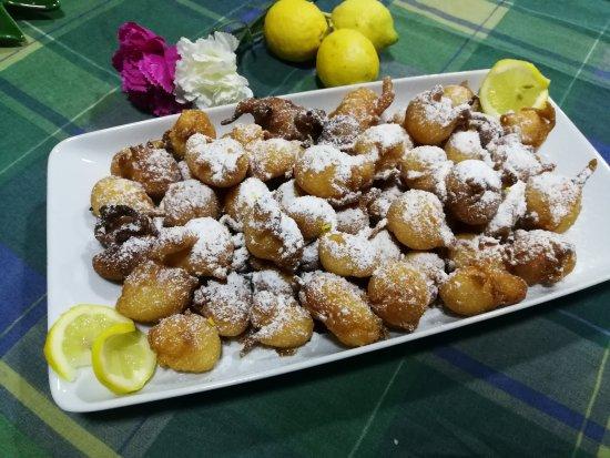Sant'Alfio, إيطاليا: Frittelle al limone.