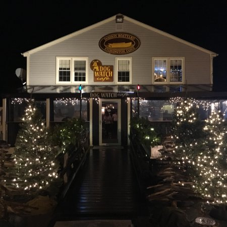 Dog Watch Cafe: Rainy night in winter- but cozy cafe offers great atmosphere and fare