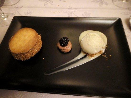 Wallonia, Belgium: Mousse au chocolat entourée de palets breton, glace vanille