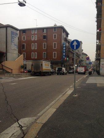 Piccolo Hotel: l'ingresso lungo la via
