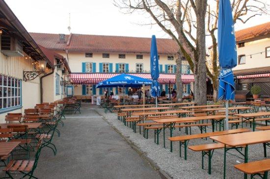Grasbrunn, Tyskland: Biergarten mit SB-Bereich und bedienter Terrasse