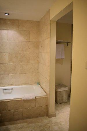 Hotel Gran Mahakam Jakarta: Honeymoon suite bathroom