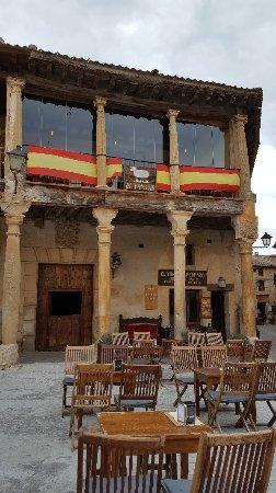 Restaurante bar restaurante distinto en pedraza con cocina for Restaurante el jardin pedraza