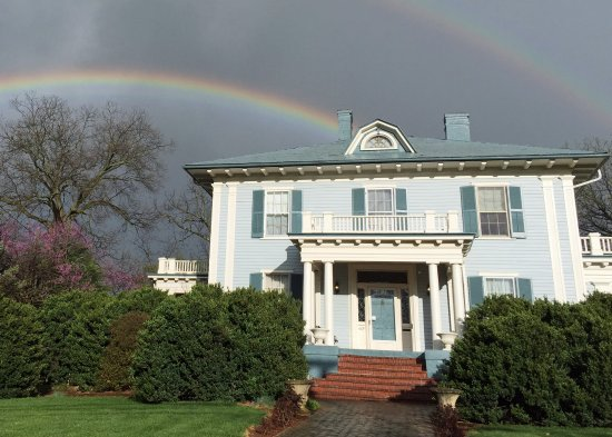 Fountain Hall B&B: Fountain Hall is the pot of gold at the end of this double rainbow!