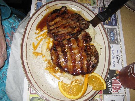 Dillsburg, Пенсильвания: Bourbon-glazed pork chop