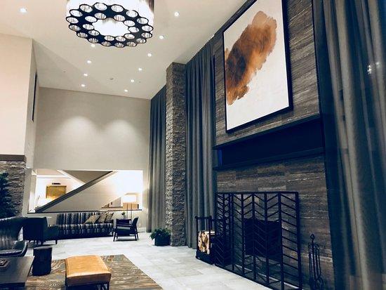 Delta Hotels Kananaskis Lodge: Lobby fireplace