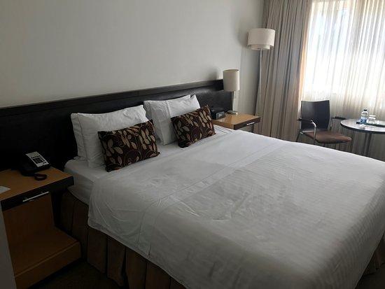 Movich Las Lomas Hotel : Habitacion normal, con mesa pequeña TV pantalla plana