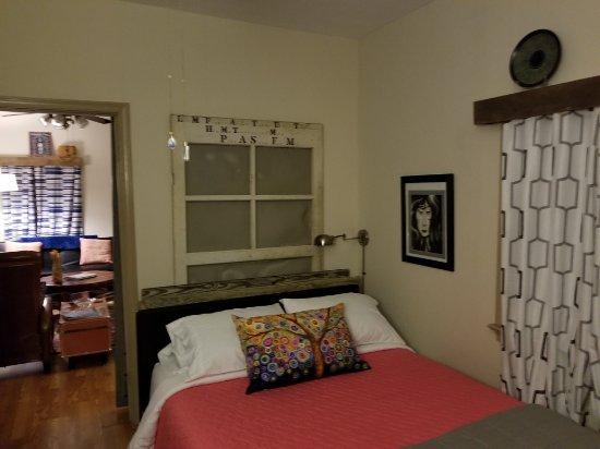 Afton, فيرجينيا: The queen bedroom in the cottage. Superior mattress!