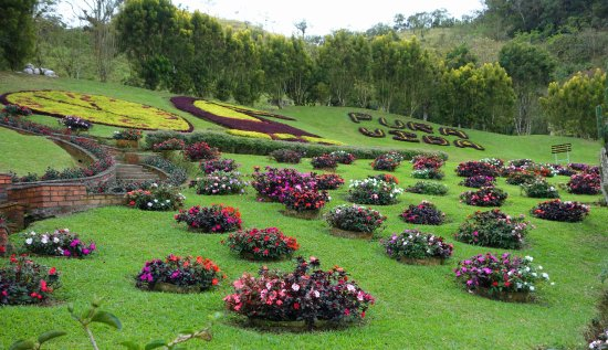 San Ramon, Costa Rica: Lovely gardens and views in back.
