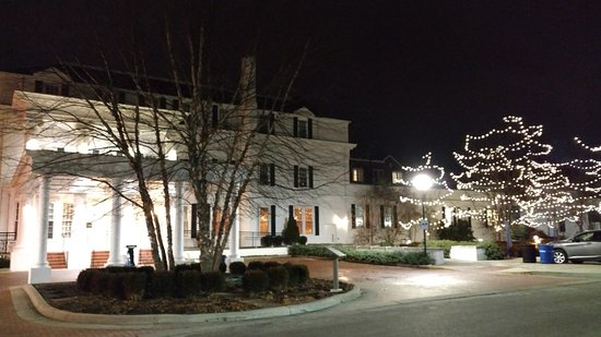 Boone Tavern Hotel: Night time stroll and admirring the Hotel from all angles.