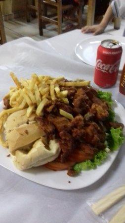 Varzea Paulista, SP: Meia porção mista frango a passarinho, calabresa e batata super bem servida!