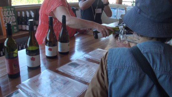 Fergusson Winery & Restaurant: バーカウンターでテースティング