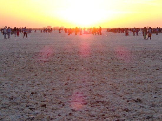 Dhordo, Indien: sunset at white sand desert