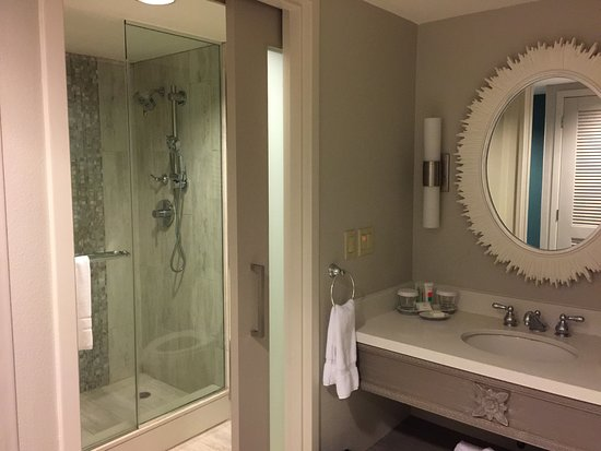 Loews Royal Pacific Resort At Universal Orlando: Clever Sliding Door With  Frosted Glass Made Bathroom