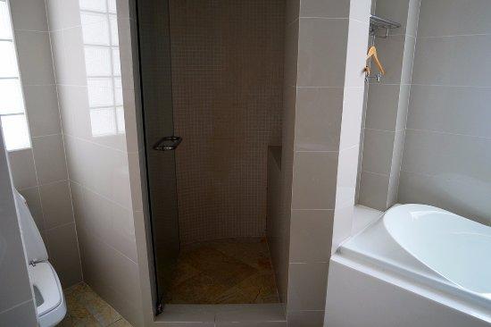 Phachara Suites: Shower & Bath-tub