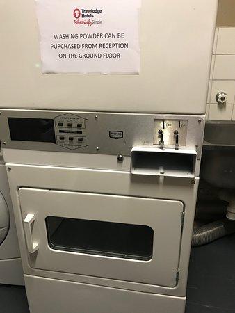 Travelodge Hotel Perth: 乾燥機は1$と2$のトータル3$