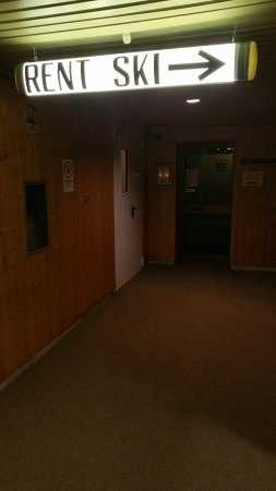 Malga Ciapela, Italia: Entrata (porta bianca in fondo a sx) del ristorante Postiglione