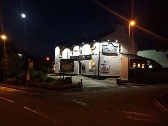 Oldham, UK: A remote pub with all the football action.. function lounge, great drinks offers and a warm welc