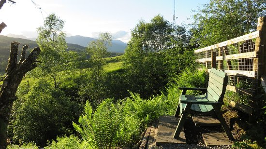 Bridge of Orchy, UK: Seating by the river