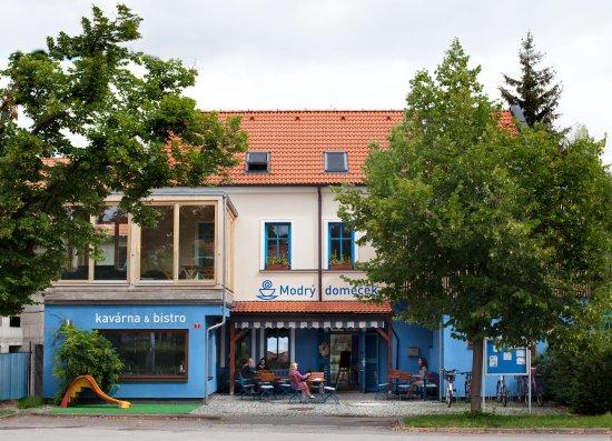 Revnice, สาธารณรัฐเช็ก: Kavárna a Bistro Modrý domeček je vyhlášený sociální podnik zaměstnávající osoby s hendikepem.