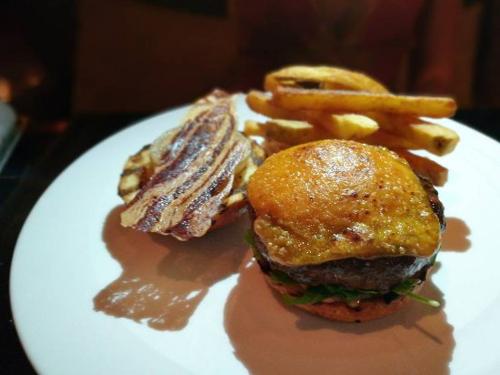 The District Grill Room and Bar: awesome wagyu burger