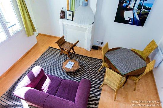 salon du duplex picture of une chambre en ville bordeaux tripadvisor. Black Bedroom Furniture Sets. Home Design Ideas