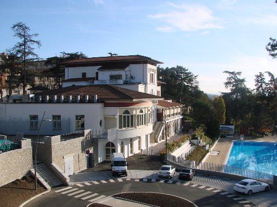 Saint-Galmier, France : Niché dans un écrin verdure, le Casino de Saint Galmier vous offre une vue imprenable sur la pis