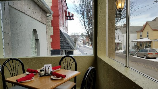 Mount Pleasant, Pensilvania: Great pizza and Italian dishes. Reasonable prices.  Nice view from the front diningroom.