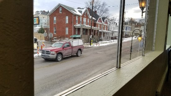 Mount Pleasant, PA: Great pizza and Italian dishes. Reasonable prices.  Nice view from the front diningroom.
