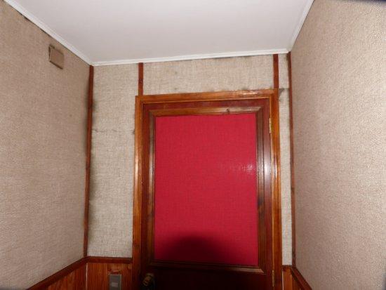 Mitico Puelo Lodge: schwarze Schimmelflecken an der Wand neben Zimmertür
